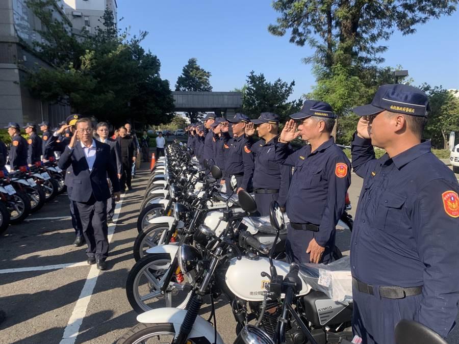 南投縣長林明溱,校閱員警和受贈的機車。(廖志晃攝)
