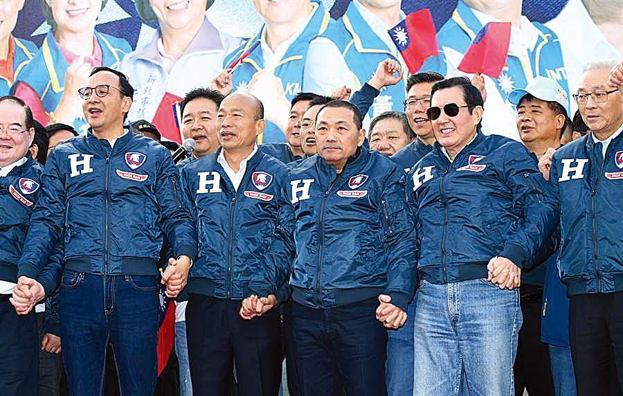 民黨總統參選人韓國瑜(左二)出席新北競選總部成立大會,黨主席吳敦義(右)、前總統馬英九(右二)、新北市長侯友宜(中)、前新北市長朱立倫(左)同台加油。(陳君瑋攝)