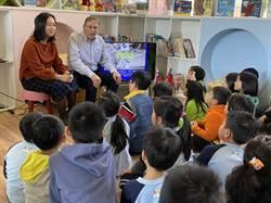 斯洛伐克代表夫婦訪左鎮 為學童介紹家鄉讀繪本