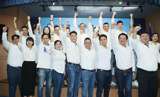 韓國瑜競選總部主任委員朱立倫(中)帶領成員們宣示將要突圍反攻。(陳怡誠攝)