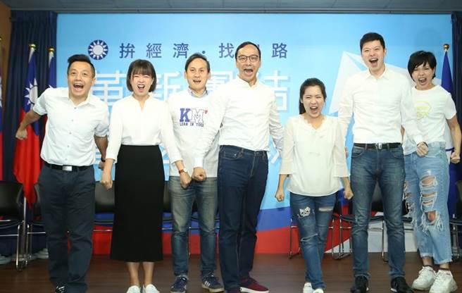 韓國瑜競選總部主任委員朱立倫(中)帶領「政論戰將」成員一起Instagram(IG)限時動態特效方式團拍,該組在倒數時刻要加強火力,爭取更多年輕世代支持。(陳怡誠攝)