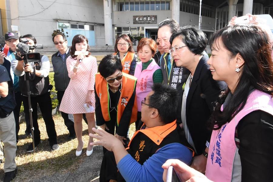 彰化縣長王惠美和旺旺中時基金會執行長胡雪珠,協助行動不便朋友上復康巴士。(吳敏菁攝)