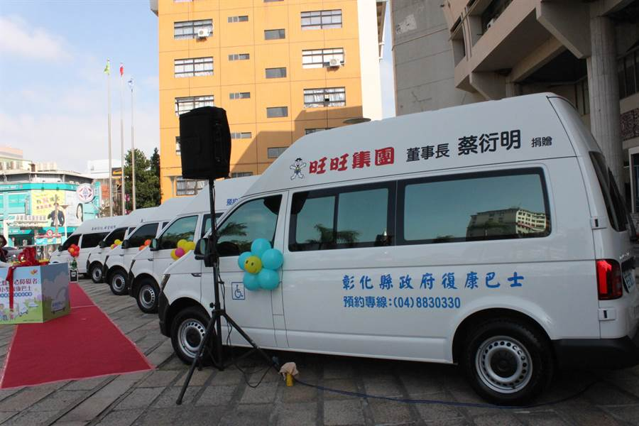 旺旺中時集團董事長蔡衍捐贈復康巴士。(吳敏菁攝)