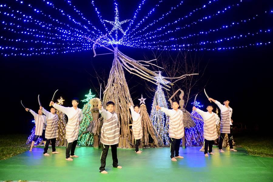 太魯閣山月村,每年聖誕節都會舉辦點燈照亮部落活動,太魯閣族孩子跳著傳統舞。(王志偉攝)