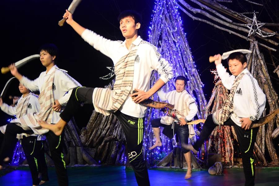 太魯閣族傳統舞,學生青年在山月春學習部落傳承。(王志偉攝)