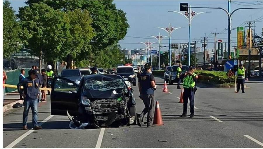 李男駕駛的車輛擋風玻璃破裂、車頭嚴重變形,就連安全氣囊也都爆開,可見當時撞擊力之大。(翻攝畫面/王昱凱花蓮傳真)