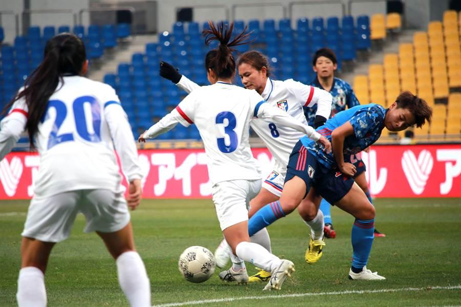 中華女足後衛卓莉珊(左二)、中場王湘惠(右三)努力夾擊日本隊前鋒。(中華足協提供/李弘斌傳真)