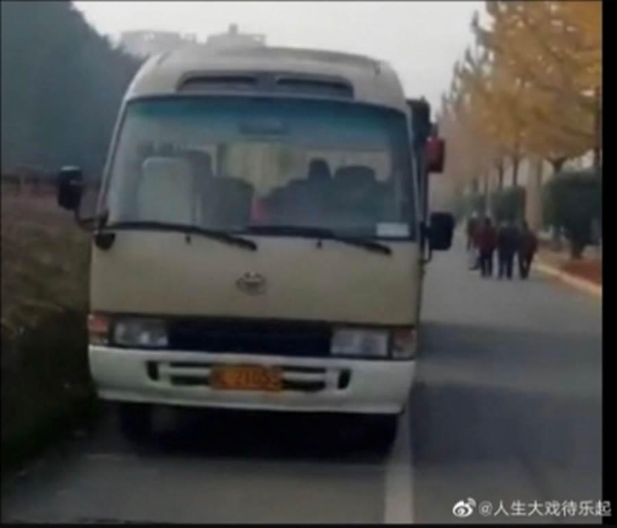 路邊巴士裡座位的最後一排,有對男女激情的搖車,當時還有不少行人路過。(翻攝自微博)