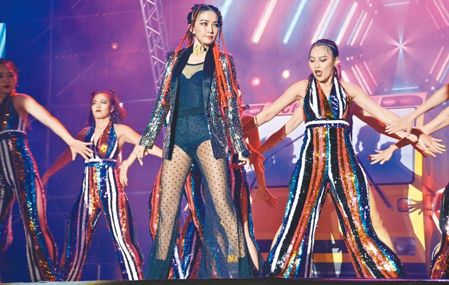 謝金燕(中)今年在桃園跨年壓軸演出,去年的跨年唱跳,令人印象深刻。(資料照片)