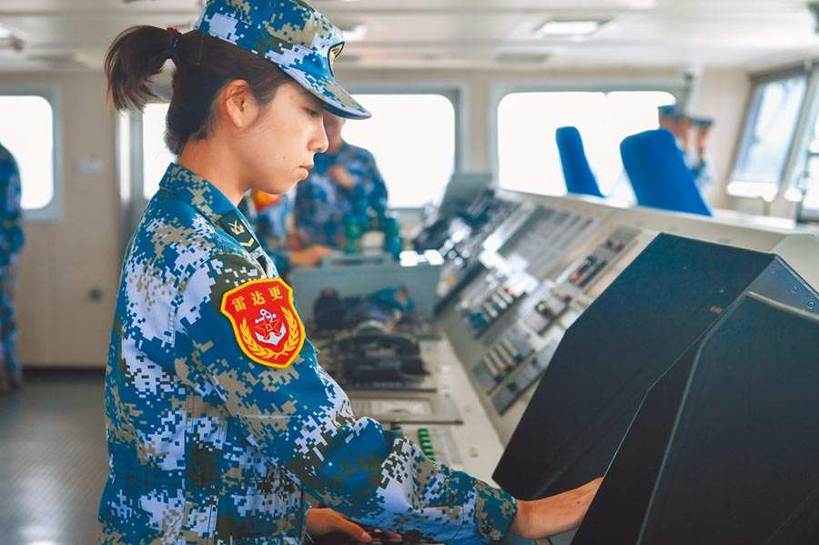 大陸出海艦艇上可以看見許多艦艇上女兵服役,圖為雷達女兵在駕駛室值班。(中新社資料照片)