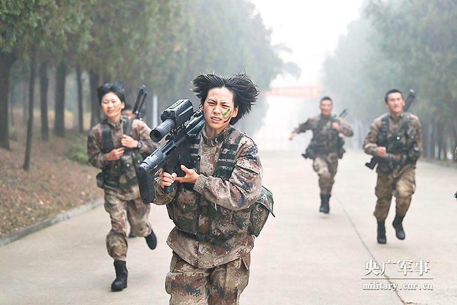 沈夢可參加武裝八公里考核。(取自央廣軍事)