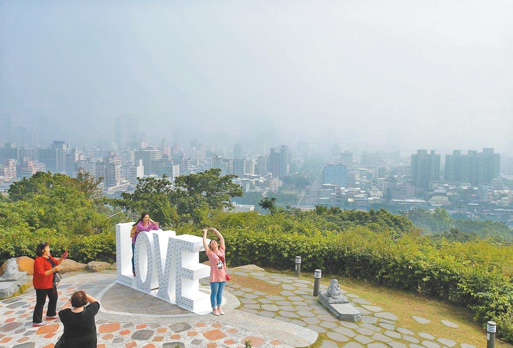 高雄PM2.5常處於超標危害等級,圖為從高雄壽山俯瞰市區一片灰濛。(本報資料照片)