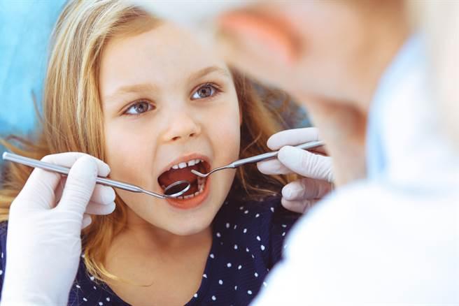 牙科診間內鑽牙聲響個不停,看牙連大人都害怕,更遑論小孩。(達志影像/shutterstock)