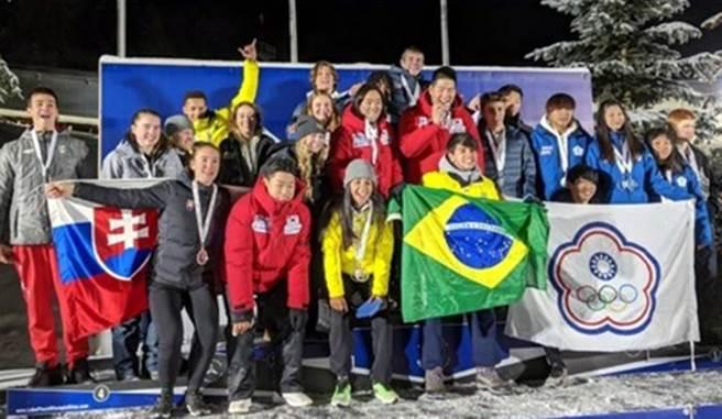 3位屏東囝仔(右方)在國際總會舉辦的冬青奧資格積分賽中脫穎而出,獲得2020瑞士洛桑冬季青年奧運會參賽資格。(翻攝畫面/林和生屏東傳真)