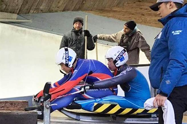 就讀內埔農工的楊仕勳(前),成功取得2020瑞士洛桑冬季青年奧運會雙人雪橇參賽資格。(翻攝畫面/林和生屏東傳真)