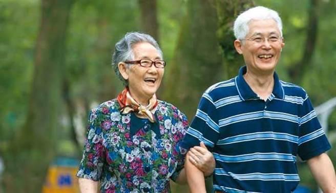 已經有研究證實,超過65歲以上且偏胖的人,比瘦子還活得健康長久。(圖/周書羽)