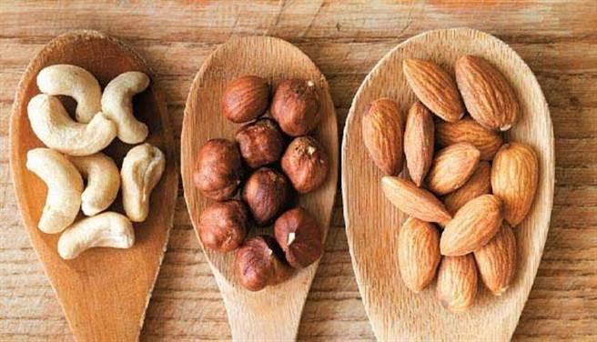 堅果含有豐富的油脂,可以當作點心或在餐點中灑一些來吃。(圖片來源:康健雜誌)
