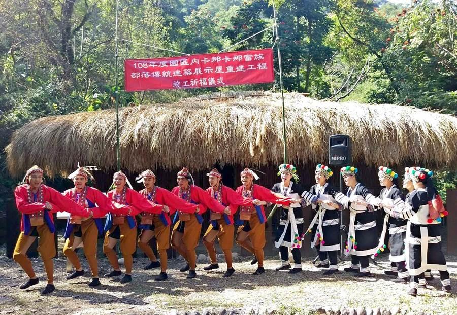 台灣原住民族文化園區舉行「卡那卡那富族」部落傳統家屋竣工儀式,園區舞者穿著卡那族傳統服飾,在家屋前跳傳統歌舞。(潘建志攝)