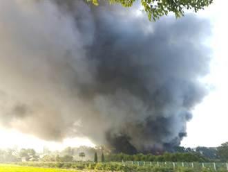 斗六隔熱紙工廠大火  有機溶劑助燃黑煙竄天