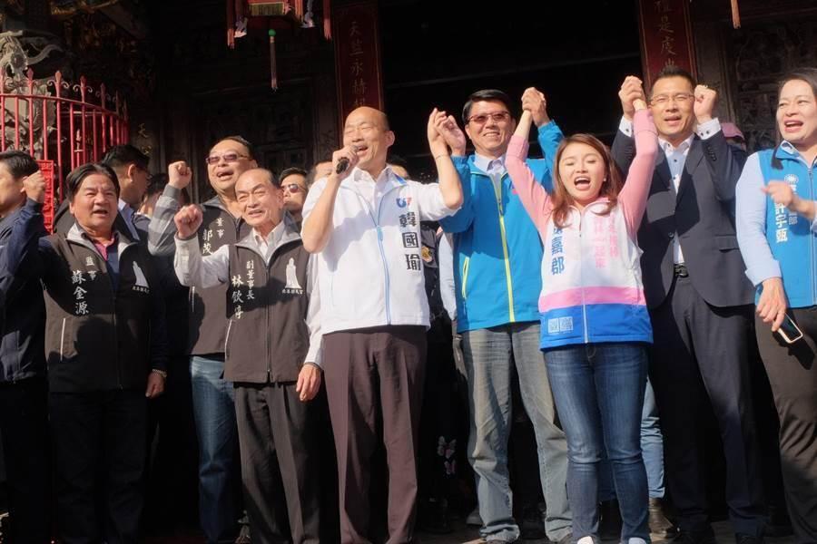 韓國瑜(右五)和謝龍介(右4)。(張朝欣攝)