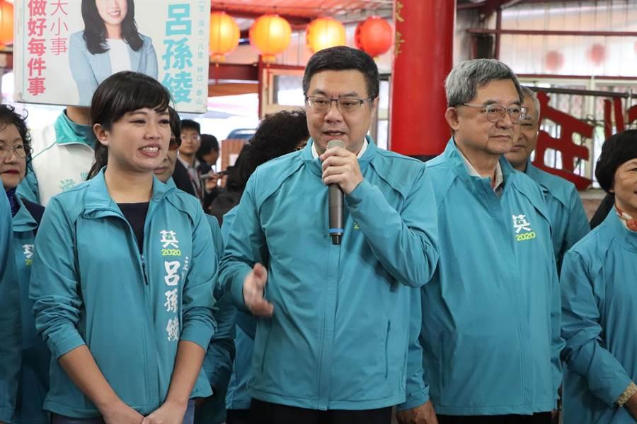 民進黨主席卓榮泰今(13日)至淡水陪同立委參選人呂孫綾掃街。(吳亮賢攝)
