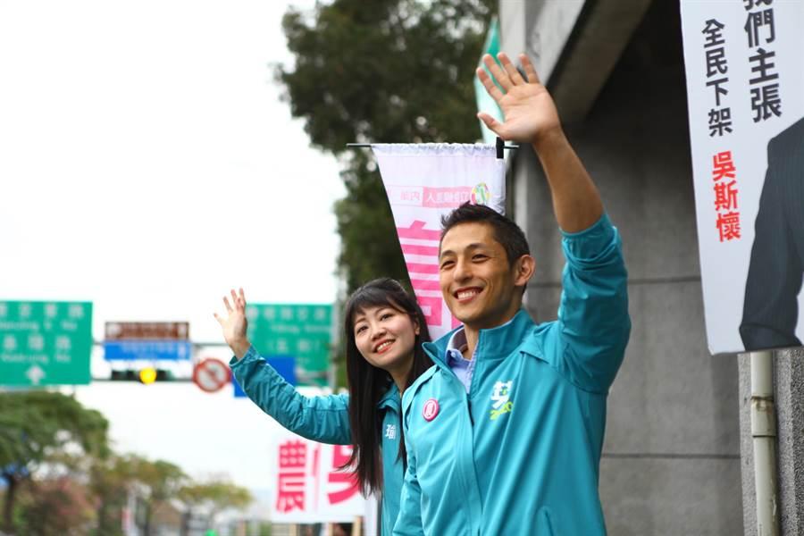 民進黨立委候選人高嘉瑜、吳怡農13日合體在堤頂大道向往來民眾拜票。(張立勳攝)