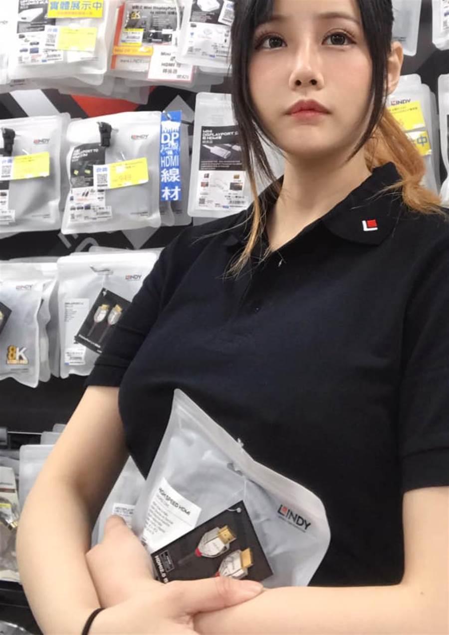 網友到賣場買轉接線竟遇到身材超好的仙氣女店員。(圖翻攝自FB/加藤軍路邊隨手拍)