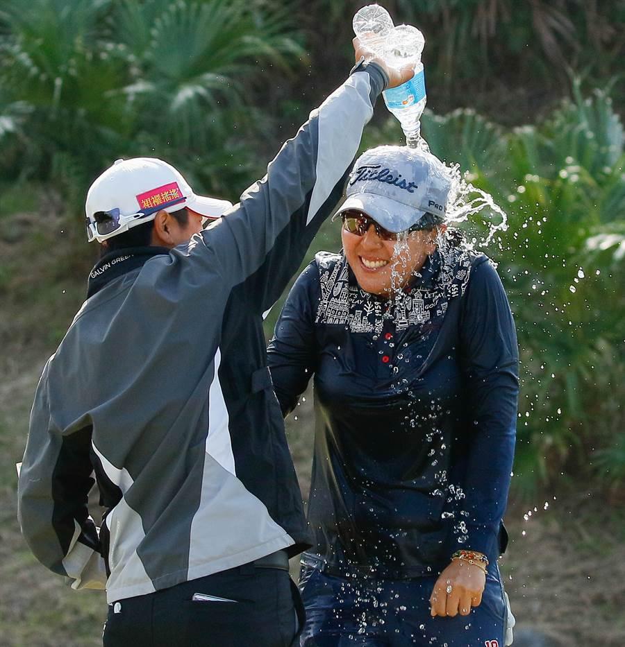 林子麒在奪得台灣大哥大女子高球賽冠軍到手後,好友們為她灑水慶祝。(台灣大哥大提供)