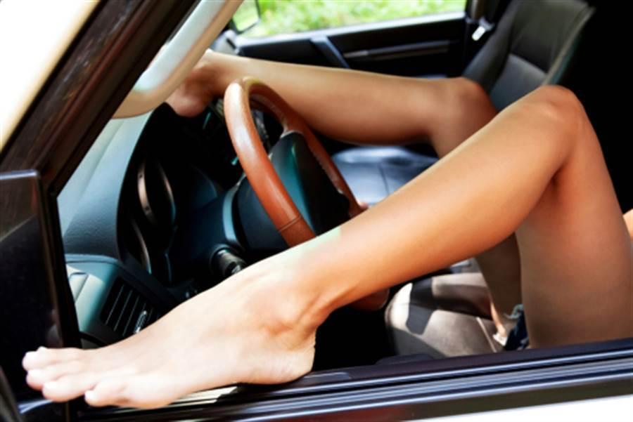 一名女子在行驶中的汽车上打开双腿透透气,毫无遮掩的让路人大饱眼福。(示意图/shutterstock)