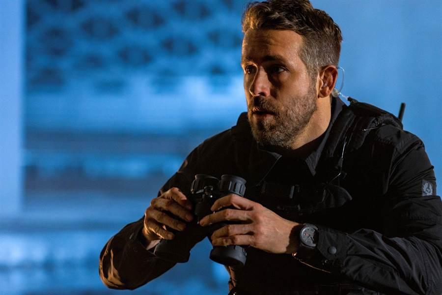 《鬼影特攻:以暴制暴》電影中Ryan Reynolds佩戴蕭邦Mille Miglia GTS Power Control Grigio Speciale腕表。(CHOPARD提供)