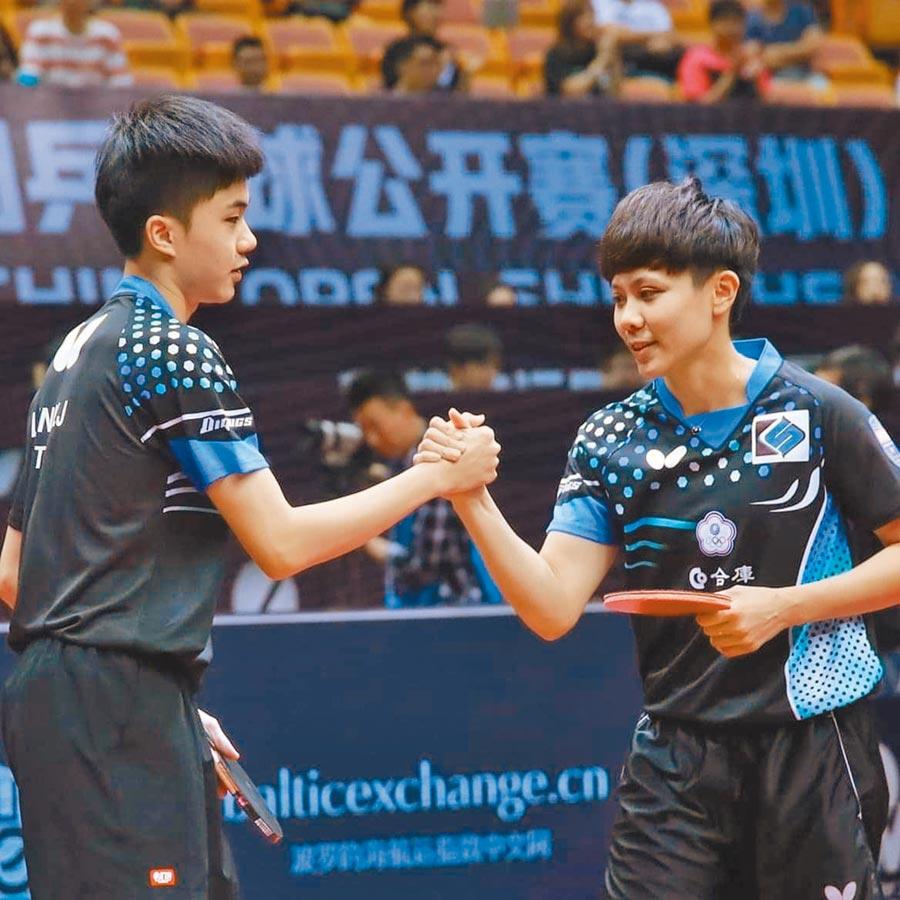 林昀儒(左)與鄭怡靜(右)搭檔已經取得東奧桌球混雙賽門票,對於奧運延賽一年,奧運培訓會桌球總教練許榮展表示,選手汰換影響較大,其他訓練維持正常。(資料照/體育署提供)