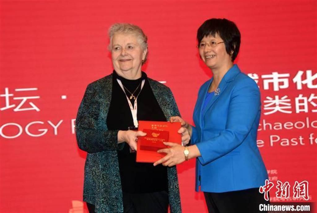 美国学者白简恩获颁世界考古论坛终身成就奖。(取自中新网)