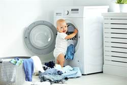 洗衣機轉動見兒臉 爸嚇到心跳漏拍