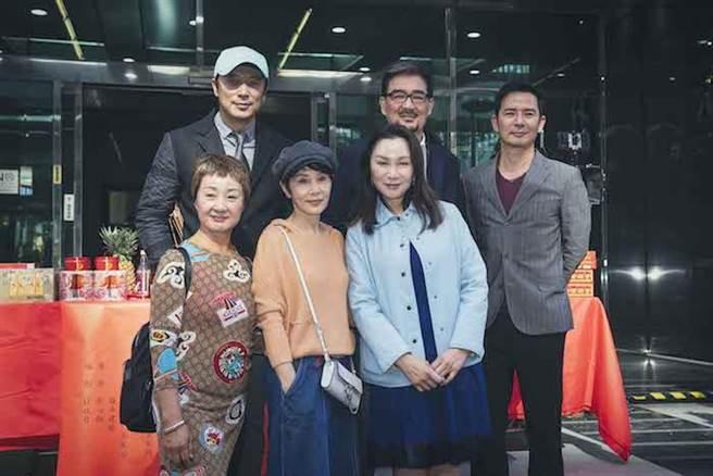 張瓊姿(前右起)、林秀君、鮑正芳、王耿豪(後右起)、雲中岳、林煒。百聿數碼創意提供