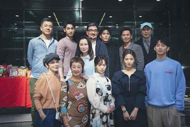 演員群及導演郝心翔(後左)。百聿數碼創意提供