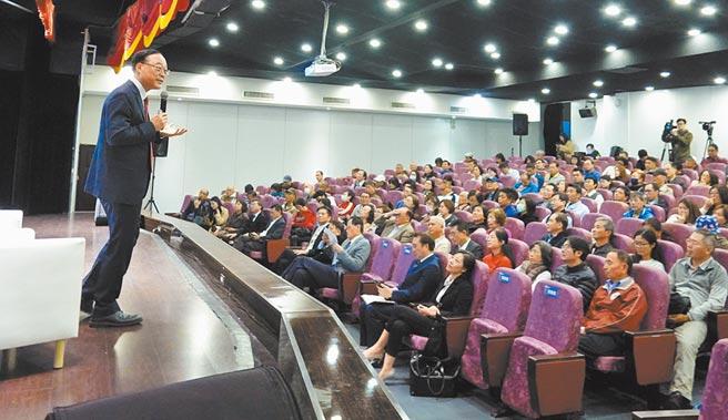 交通部觀光局局長周永暉13日以「鐵道觀光」為題演講,吸引不少民眾到場聆聽。(姚志平攝)