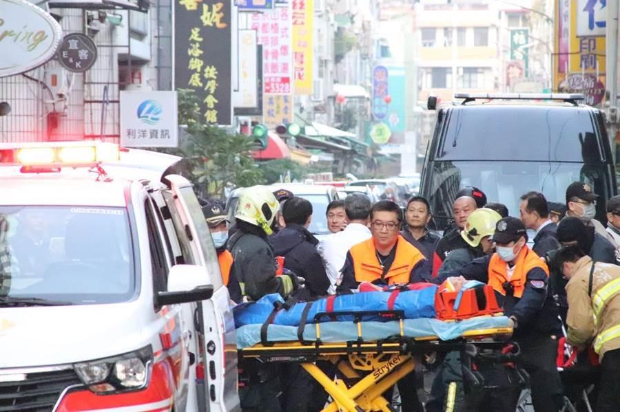 警方今晨6點40分許展開第三波攻堅,套房內傳出槍響,不久救護車開到現場,警方將中彈的吳嫌送醫。(洪浩軒攝)