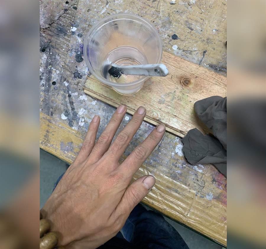 怕孩丟臉 油漆爸忍痛用強溶劑洗手(圖/摘自臉書《爆廢公社》)
