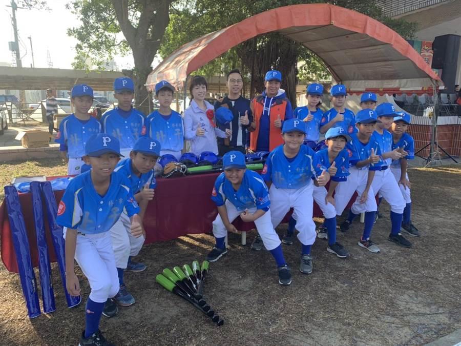 朴子市長吳品叡(後排左四)表示,孩子之後有更優質的設備可使用,期待他們邁向更好的成績,再展朴子棒球雄風。(朴子市公所提供/張毓翎嘉義傳真)