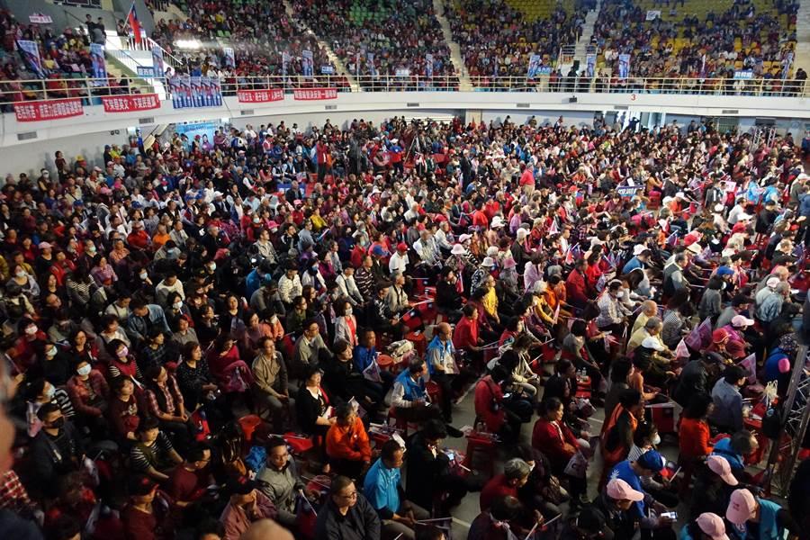 雲林縣2020總統副總統暨立委選舉聯合造勢活動,14日下午三點半起在縣立體育館舉行,湧入1萬多名支持者。(周麗蘭攝)