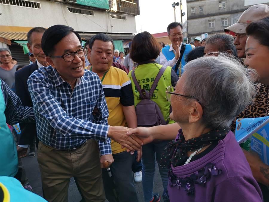 前總統陳水扁14日下午回到故鄉官田區東西庄里惠安宮參拜,受到鄉親熱烈歡迎。(劉秀芬攝)