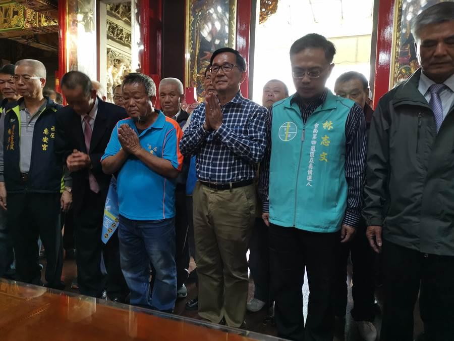 前總統陳水扁(左四)14日下午回到故鄉官田區東西庄里惠安宮拜拜。(劉秀芬攝)