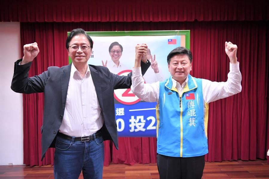 張善政(左)赴黃啟嘉總部與青年座談,他回應支持者疑問:「我支持國民黨國會過半」。(王志偉攝)