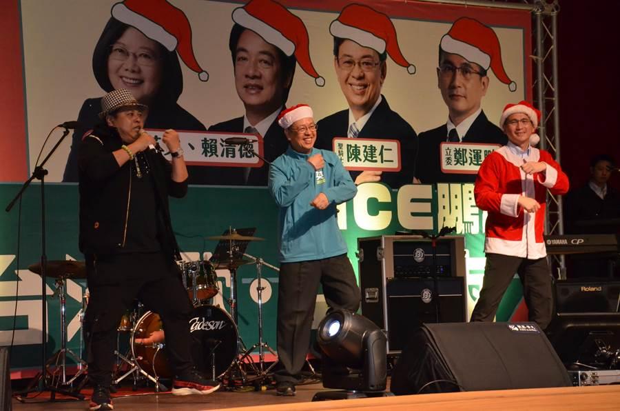 副總統陳建仁(中)14日參加黨籍立委候選人鄭運鵬(右)舉辦的「台灣歌・耶誕會」也在台上帶動跳。(賴佑維攝)