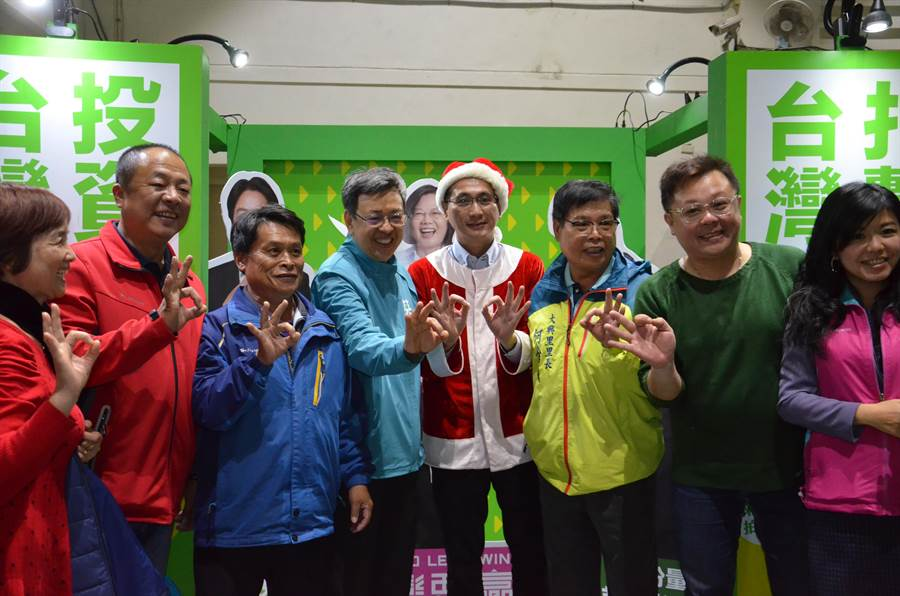 副總統陳建仁(左四)14日參加黨籍立委候選人鄭運鵬(右四)舉辦的「台灣歌・耶誕會」,和民眾合影。(賴佑維攝)