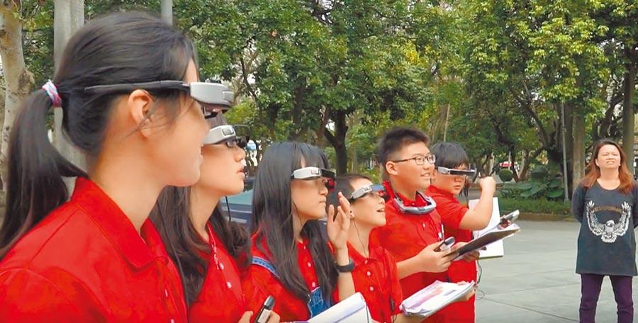 台北市辛亥國小學童使用智慧眼鏡,參與課程「捷運逍遙遊」,體驗虛擬實境上課方式。(辛亥國小提供/李侑珊台北傳真)