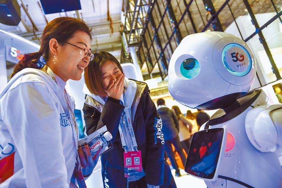 11月21日,民眾在北京2019世界5G大會了解一款5G機器人。(新華社)