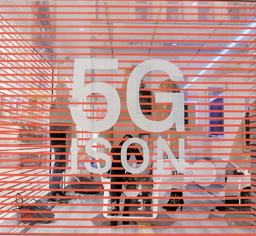 當地時間12月2日,華為5G卡車開到布魯塞爾歐洲電信網路營運商協會會場周邊。(中新社)