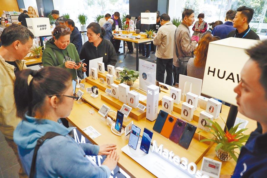 11月11日,民眾在上海蘇寧易購廣場諮詢5G手機資訊。(中新社)