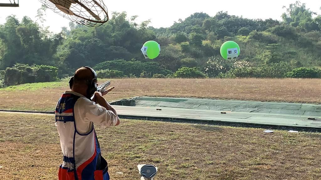 國民黨總統候選人韓國瑜15日到大寮靶場射擊,成功射掉3顆大氣球。(柯宗緯攝)
